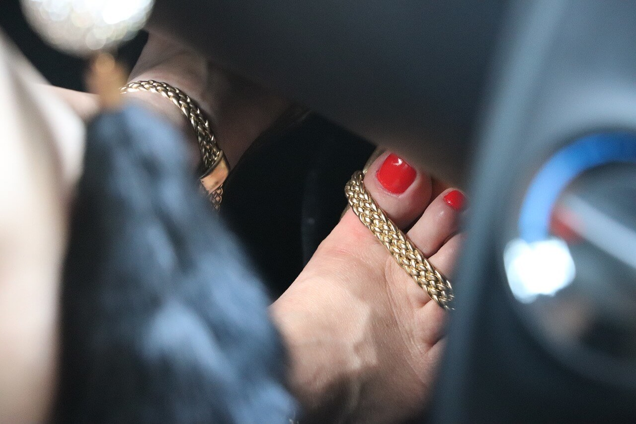 selling foot photos